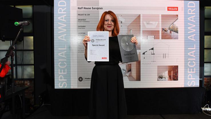 Nagradu je u ime arhitekata koji nisu bili u prilici prisustvovati ceremoniji, preuzela direktorica kompanije VELUX Bosna i Hercegovina Sanela Salihbegović.