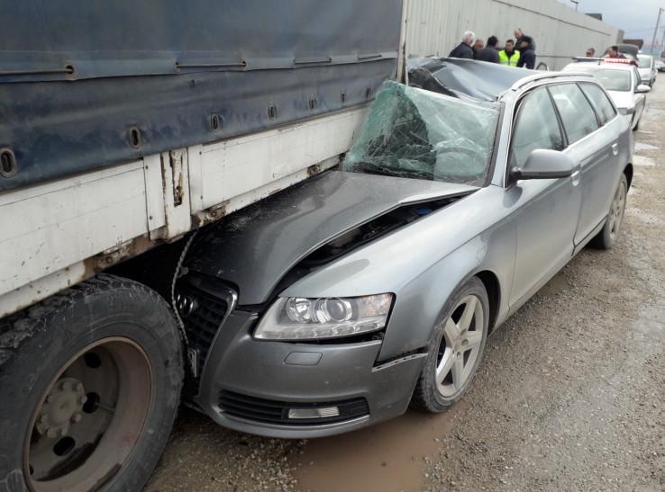 Smrskani Audi na mjestu nesreće