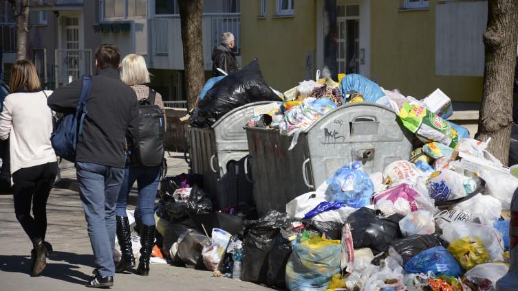 Grad se guši u smeću: Građani taoci