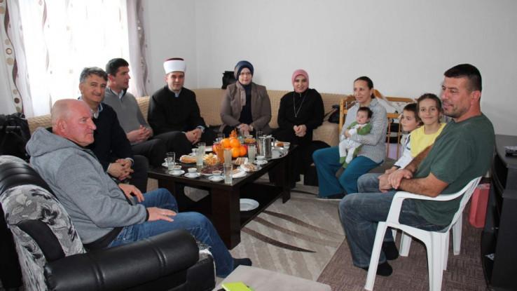 Reisu-l-ulema poselamio roditelje koji su u današnje vrijeme rijedak svijetli primjer s ovako velikim brojem članova porodice