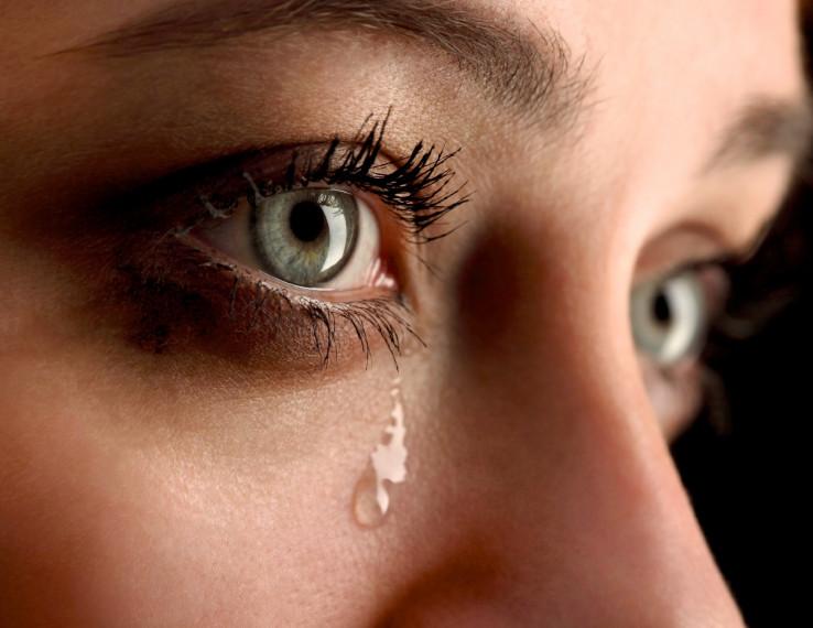 Dodir suza ili povšine na kojoj su se zadržale suze zaražene osobe, predstavljaju još jedan potencijalan rizik od zaraze