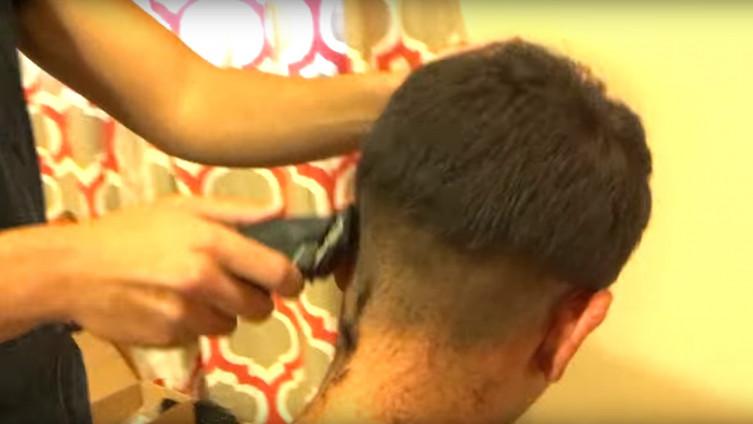 U videu frizer u četiri minute objašnjava kako mašinicom ošišati muškarca