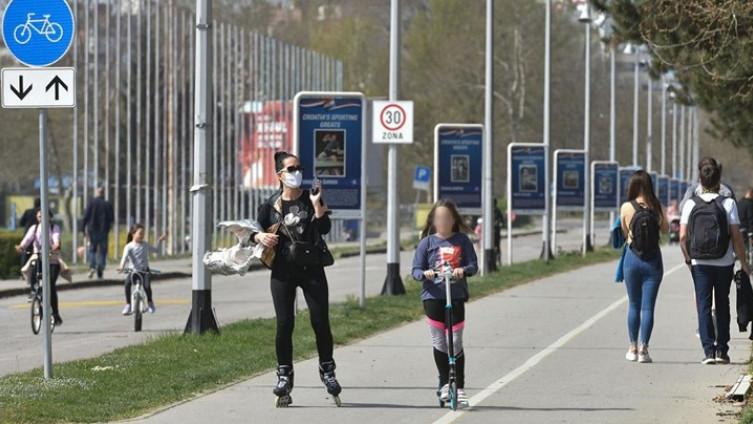 Dok trči ili vozi bicikl, osoba se znoji, duže diše te jačim izdahom mnogo dalje izbacuje kapljice