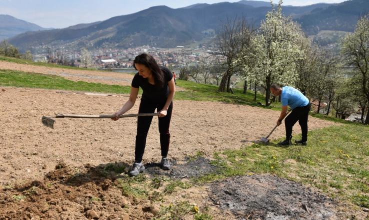Admir i Emina Hadžić prvi put u životu uzeli su ašov i motiku u ruke  - Avaz, Dnevni avaz, avaz.ba