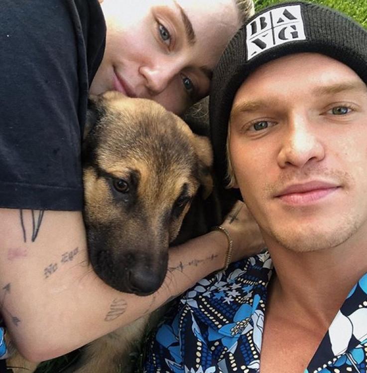 Majli Sajrus, psić Boa i dečko