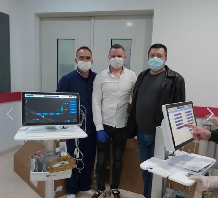 Dženis (u sredini) dopremio je opremu u bolnicu - Avaz, Dnevni avaz, avaz.ba