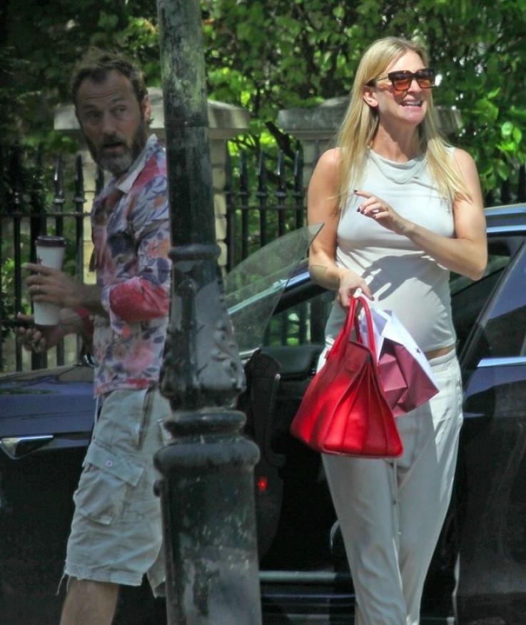 Filipa Kon i Džad Lou  uslikani su ispred kuće u Londonu