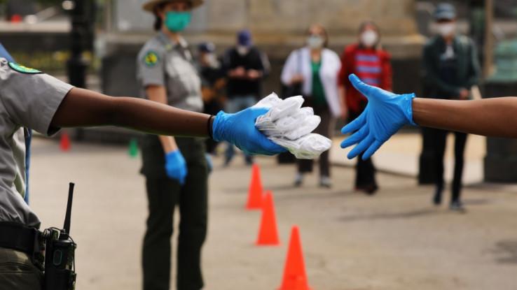 Policajci dijele maske građanima