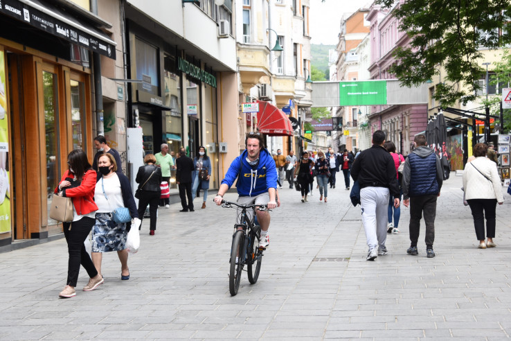 Nakon ublažavanja mjera ulice pune šetača - Avaz, Dnevni avaz, avaz.ba