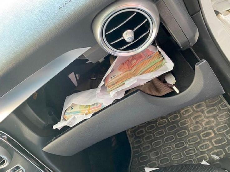 Novac skrio po čitavom automobilu