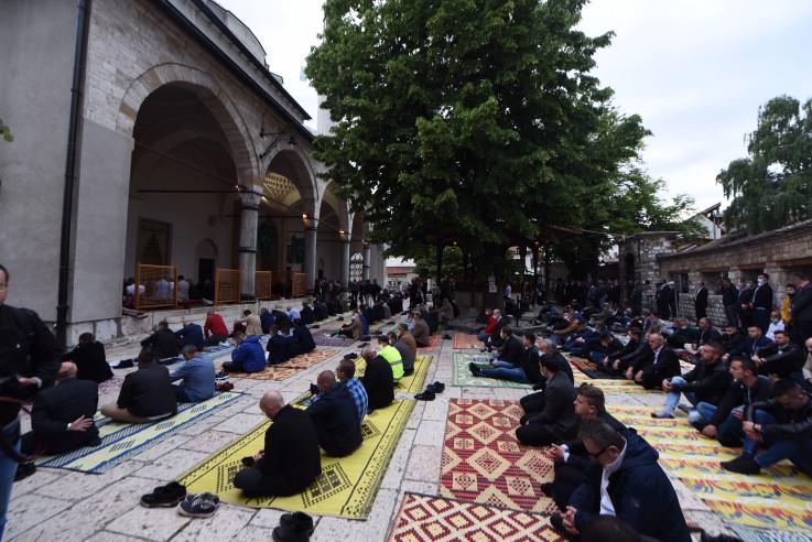 Veliki broj vjernika klanjao bajram-namaz u Begovoj džamiji