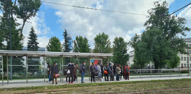 Migranti čekaju tramvaj