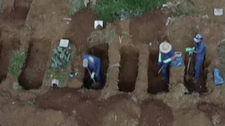 Kopanje grobova za preminule od koronavirusa u Brazilu