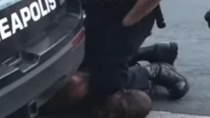 Policajac Šovin Flojda ugušio koljenom