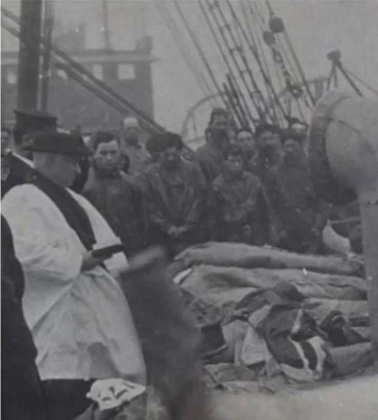 Svećenik na ispraćaju stradalih