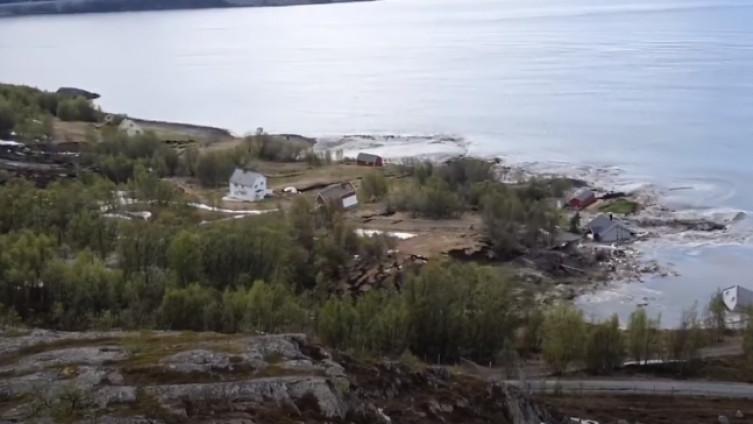 Zastrašujući prizor: Klizište odnijelo osam kuća u more