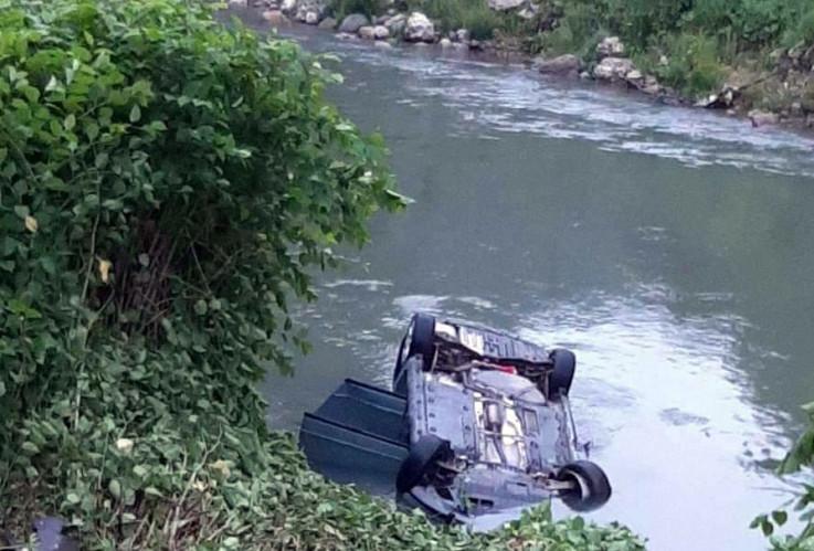 Vozilo iz kojeg su spašena dvojica mladića, dok je jedan stradao