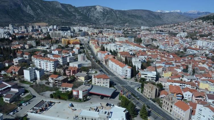 Muškarac radi u ugostiteljskom objektu u Mostaru