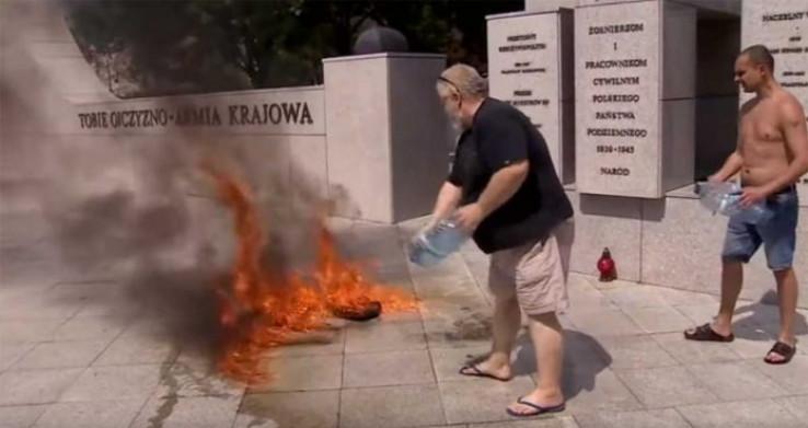 Policija strgla zapaljenu odjeću s muškarca