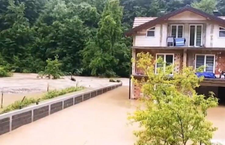 Voda poplavila i mnoge domove