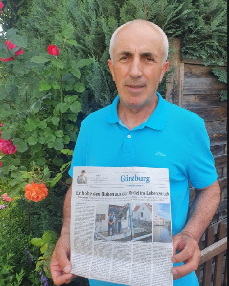 Mešić pokazuje naslovnicu njemačkih novina koje su objavile priču o njemu  - Avaz, Dnevni avaz, avaz.ba