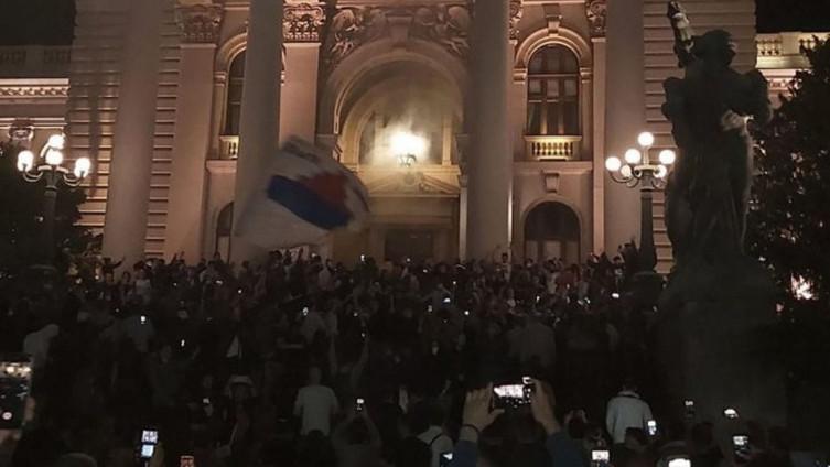 Beograd: Bačen suzavac, policija pendrecima na demonstrante