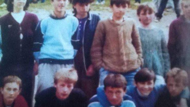 Školska fotografija na kojoj su Omerova braća Hasan i Husein, obojica u plavim majicama, jedan stoji, drugi čuči