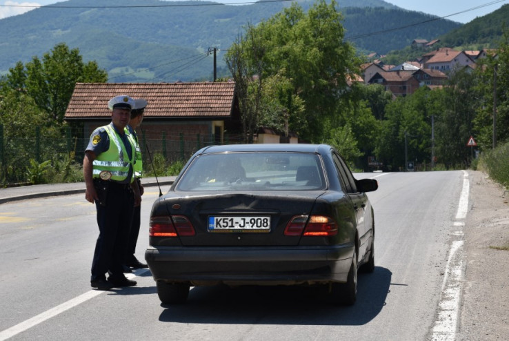 Policajci kontroliraju vozila