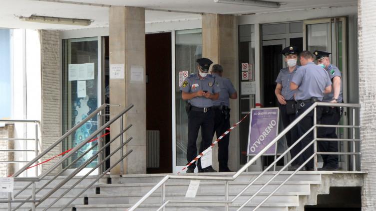 Policija na ulazu u zgradu Doma zdravlja