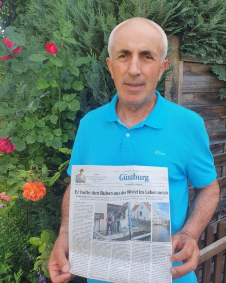 Davud Mešić pokazuje tekst o svom poduhvatu u njemačkim novinama - Avaz, Dnevni avaz, avaz.ba
