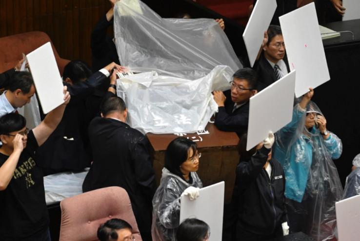 Članovi DPP-a morali da obuku kabanice i zaštite se kartonima