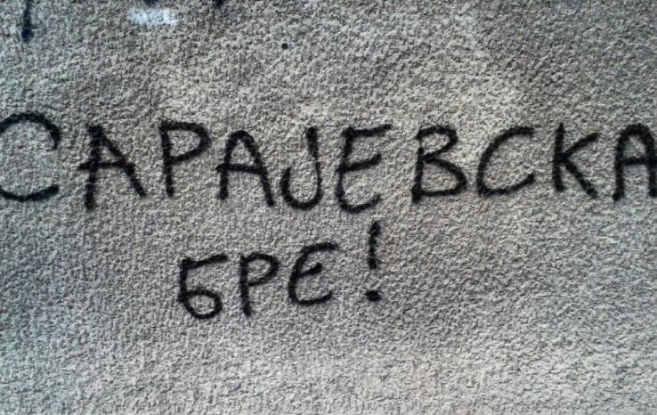 Grafit na zidu stambene zgrade u Sarajevskoj ulici u Beogradu