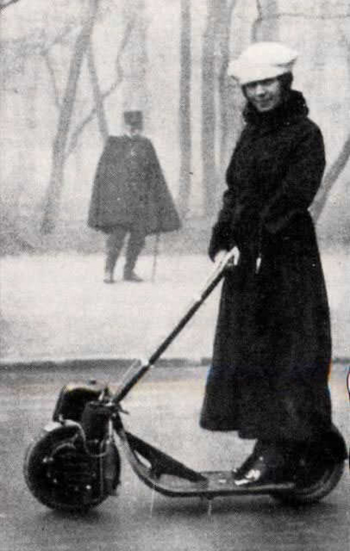 Na fotografiji je jedan od prvih skutera kojim je upravljala žena
