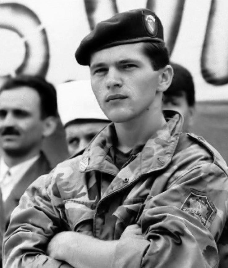 Bio je na dužnosti poručnika JNA u Kragujevcu do početka ratnih sukoba u BiH