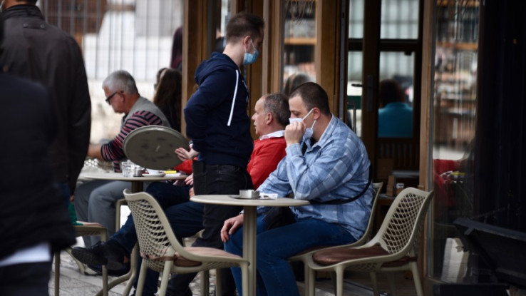 Sjedite u bašti kafića i nosite masku
