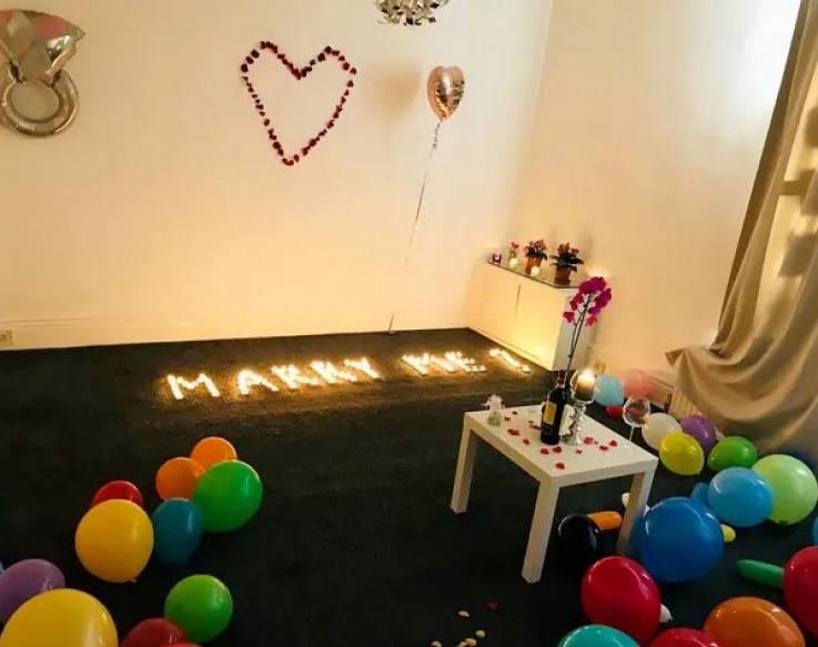 """Uz pomoć svjećica na podu je ispisao riječi """"Hoćeš li se udati za mene"""""""