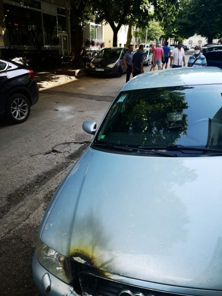 Najmanje tri parkirana automobila su oštećena