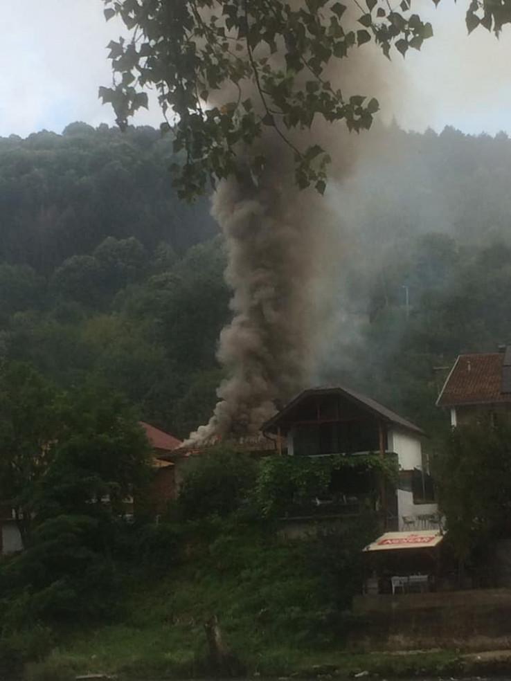 Gusti dim nadvio se nad naseljem