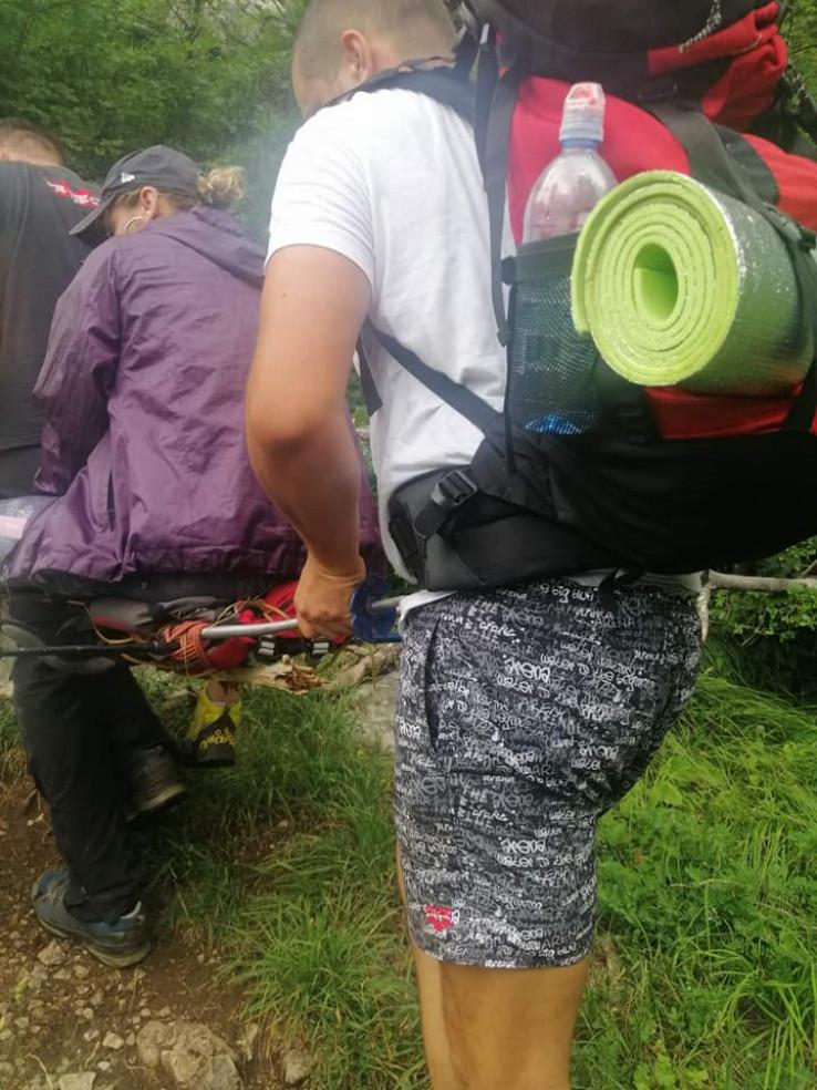 Planinarka transportovana do vozila Hitne pomoći