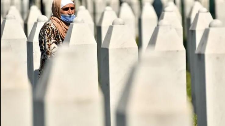 Bosanska muslimanka, koja je preživjela genocid u Srebrenici 1995. godine, hoda između mezara u Potočarima