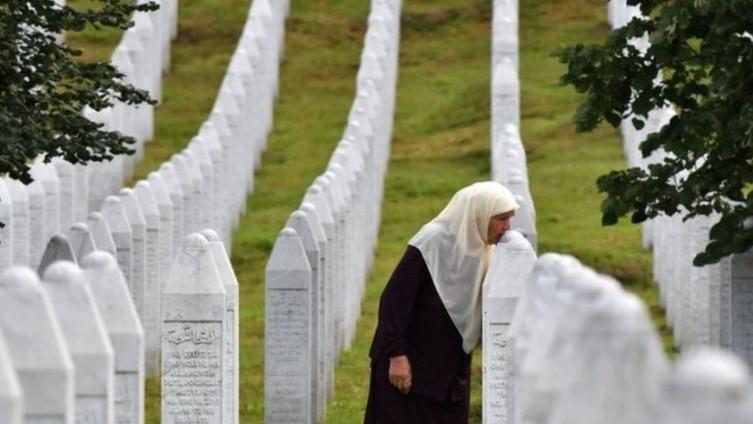 Srebrenička majka ljubi nišan s