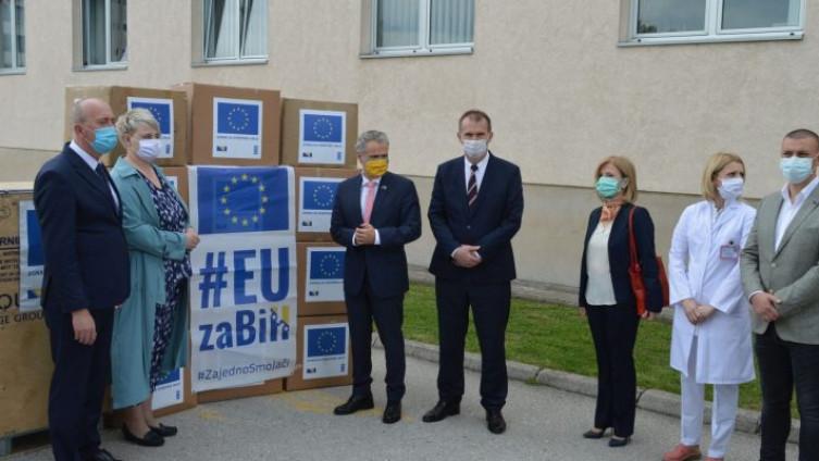 Šef Delegacije EU u BiH,  ambasador Johan Satler tokom uručivanja jedne od donacija