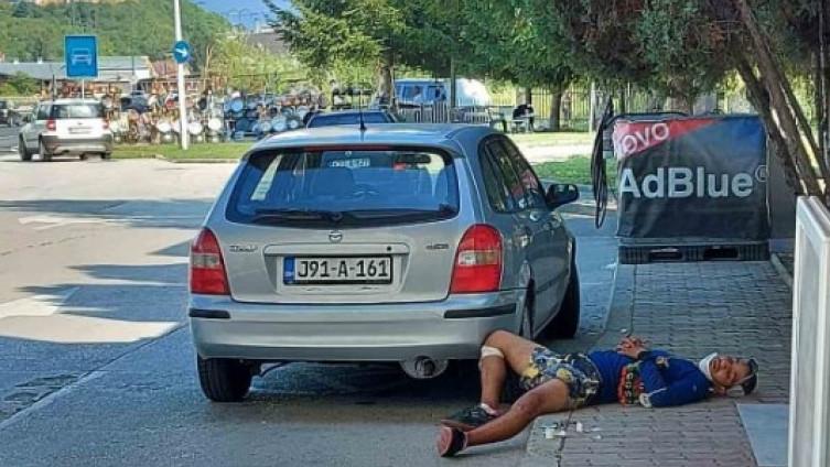 Migrant satima ležao na trotoaru