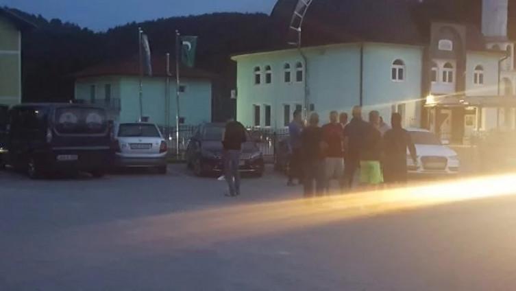 Građani u Velikoj Kladuši uzeli stvari u svoje ruke: Pregledaju autobuse i izbacuju  migrante