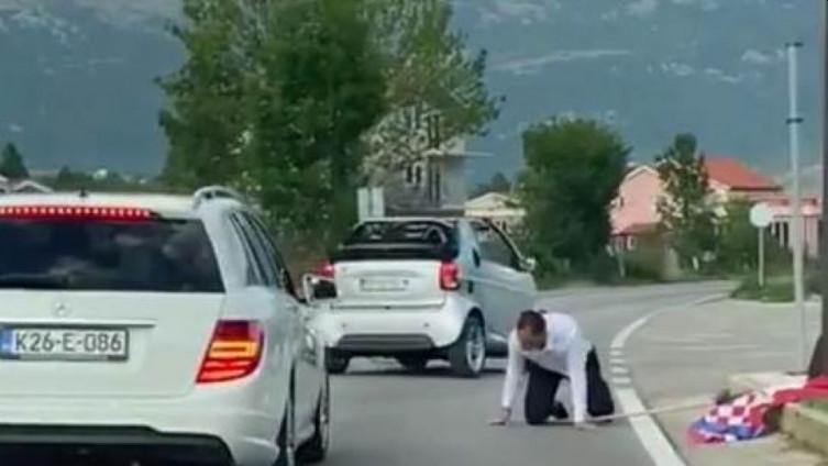 Mahao hrvatskom zastavom pa ispao iz auta
