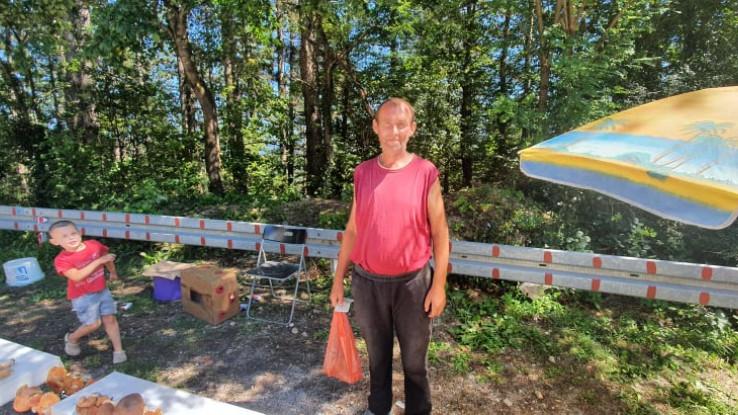 Dedić gljive prodaje na putu Bihać - Cazin - Avaz, Dnevni avaz, avaz.ba