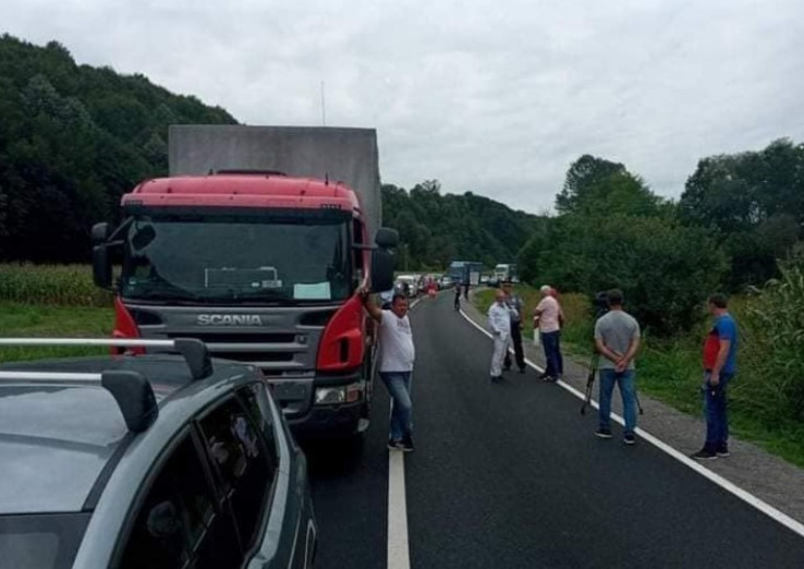 Migranti blokirali cestu