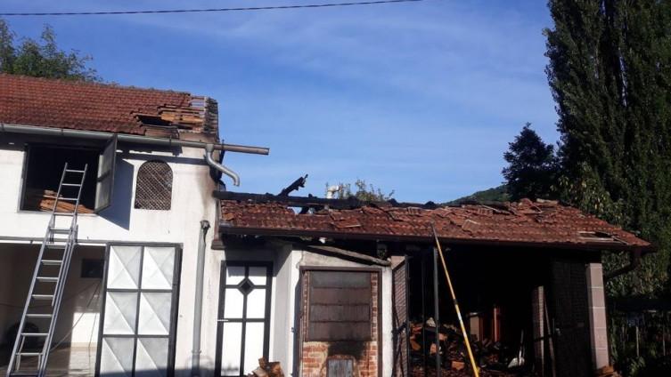 Petorica vatrogasaca ugasila požar