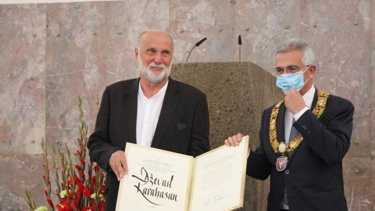 Feldman uručuje nagradu Karahasanu