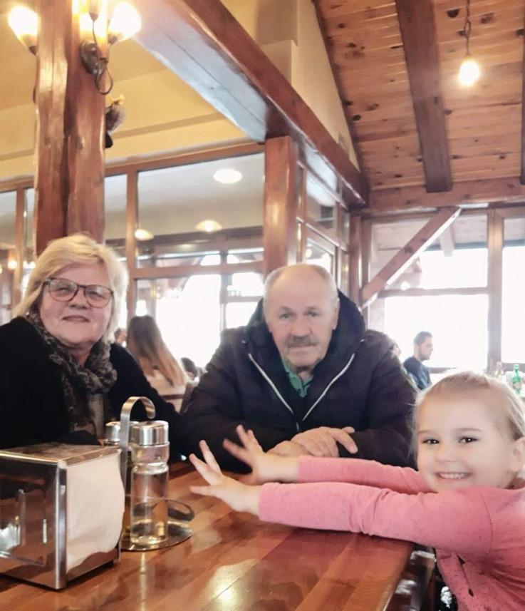 Senkini roditelji s njenom kćerkicom